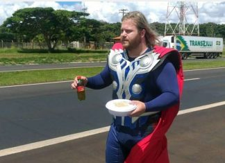 vestido de Thor brasileiro distribui almoço grátis a caminhoneiros durante quarentena